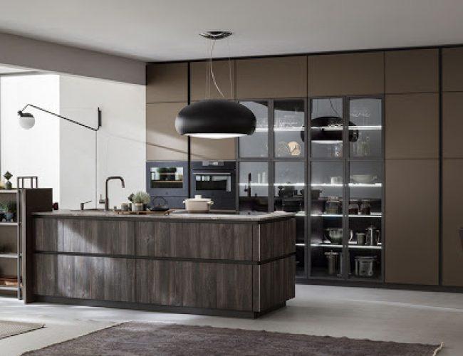 Cucina con isola di lavoro centrale e colonne a soffitto Modello Lab di Arrex