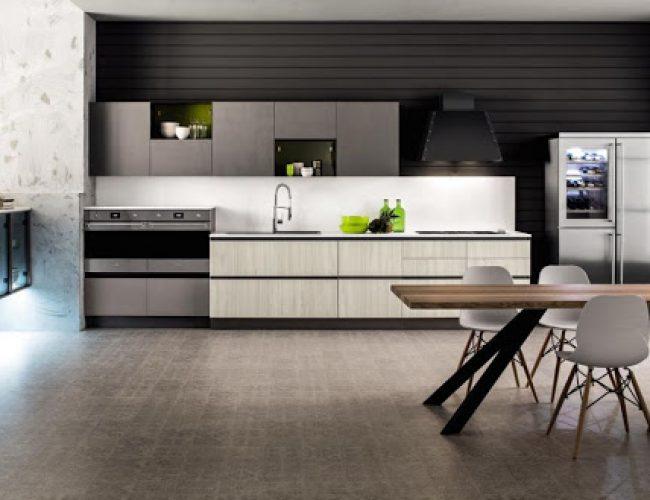 Cucina lineare effetto legno chiaro con gole nere modello Primavera