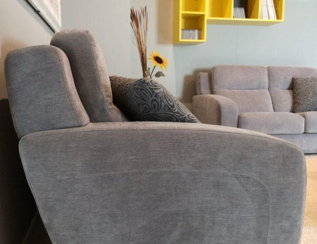 divano 3 posti con bracciolo particolare