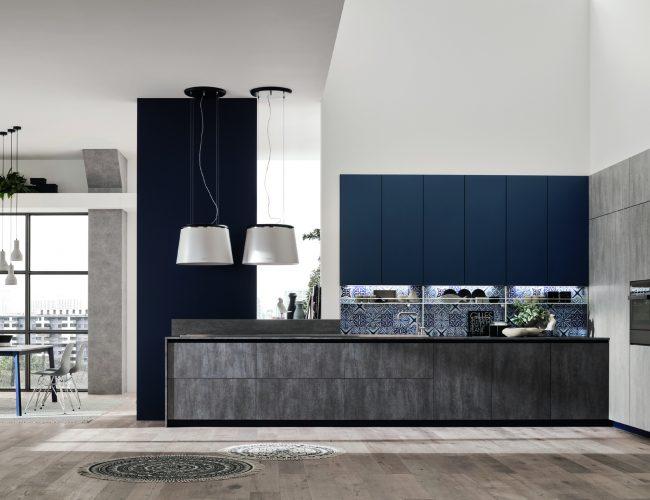 cucina Loft mix di effetto cemento e tinta unita blu