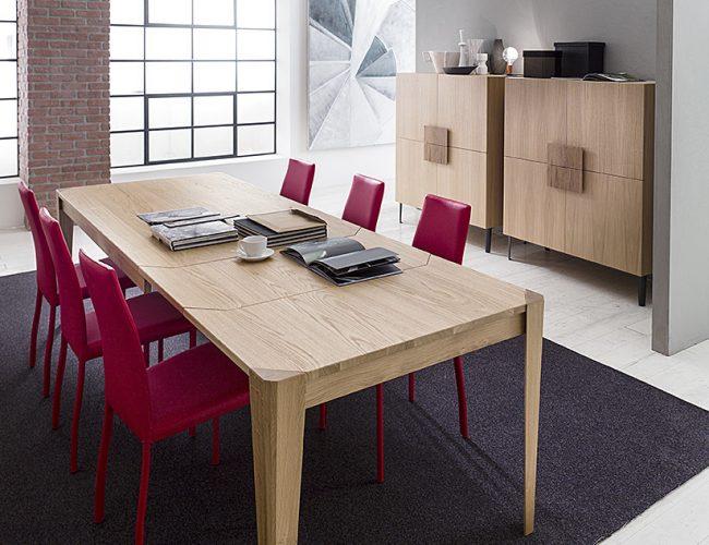 Tavolo moderno in legno naturale e madie alte con piedini in metallo