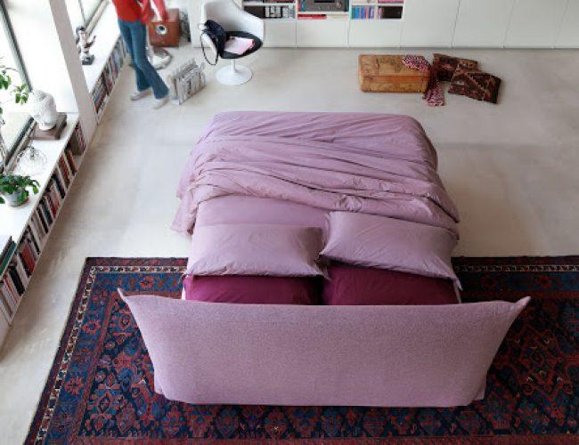 letto imbottito in centro stanza modello OSaka da Paola Elisa Mobili