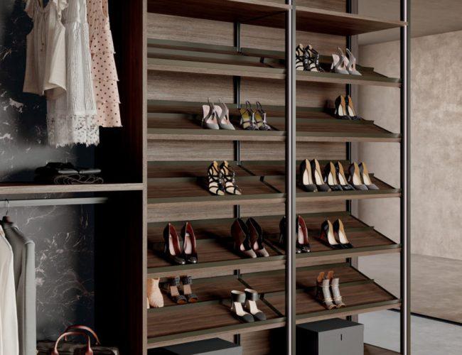 riporre le scarpe nella cabina armadio