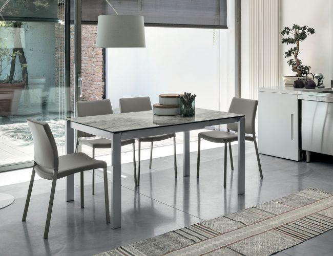tavolo con piano in gres porcellanato