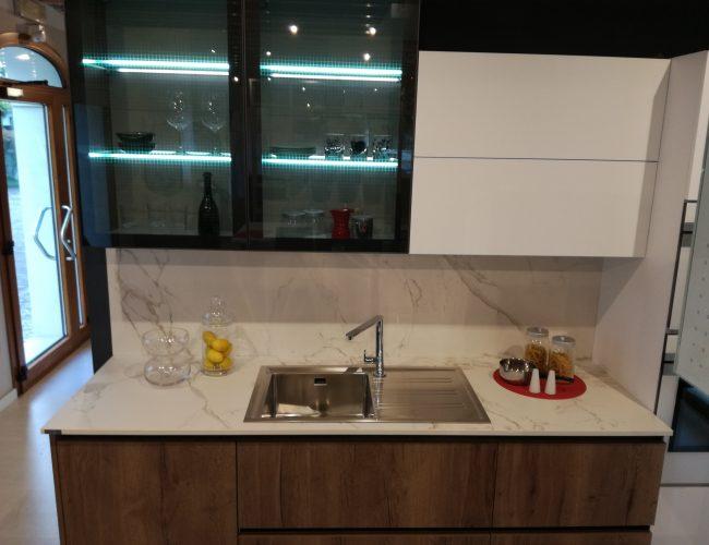 Vetrine in una cucina dal design industriale. Modelli Iside e Atlanta presso Paola Elisa Mobili