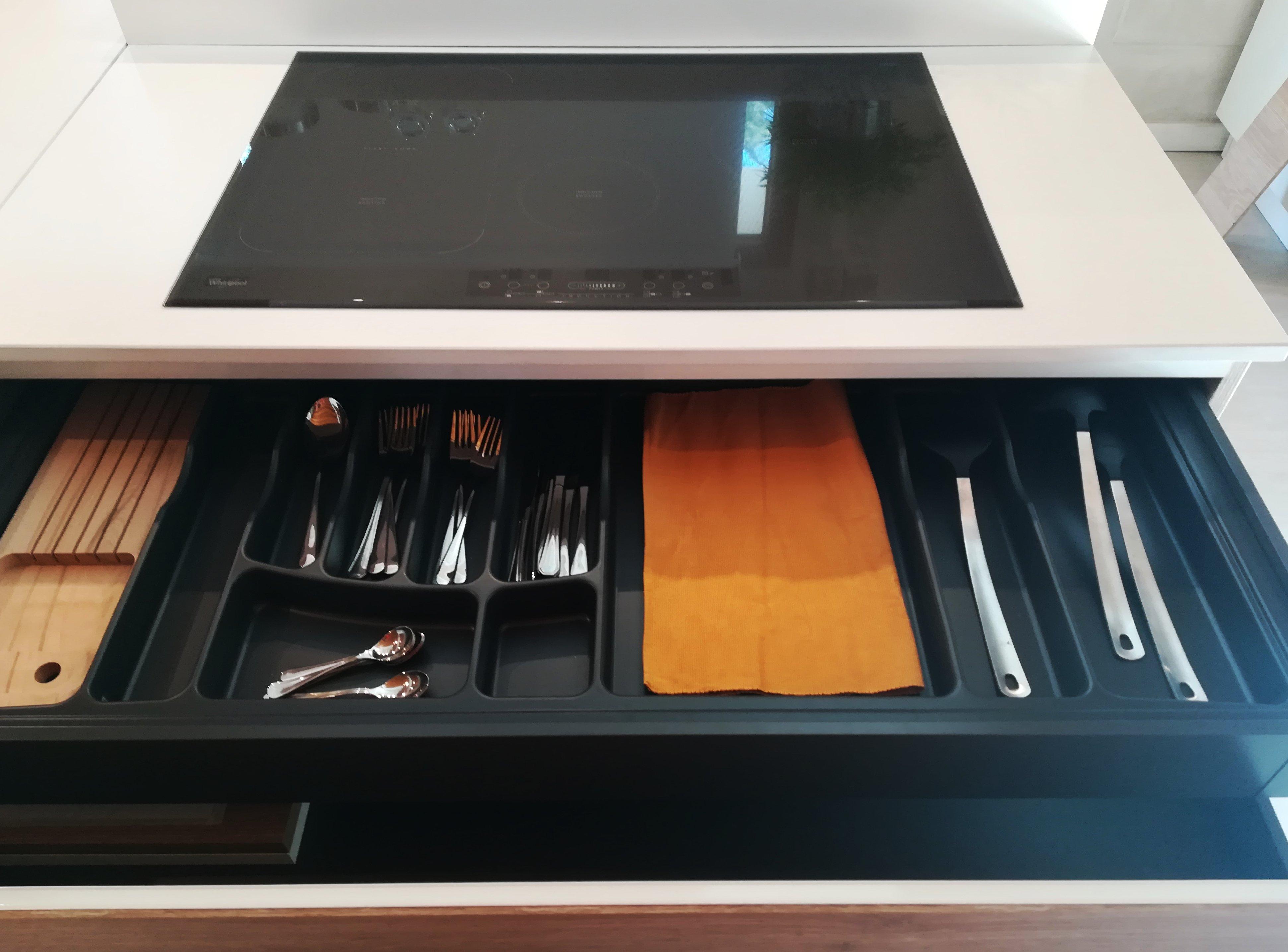 porta posate organizzato in cucina