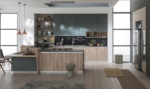 Cucina con colonne in nicchia e isola con tavolo Progetto da Paola Elisa Mobili