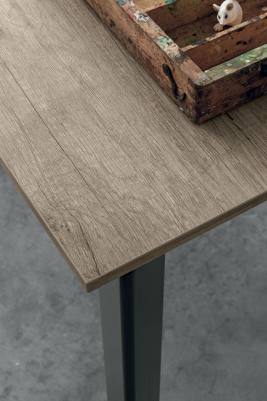 piano tavolo effetto legno e gambe grafite